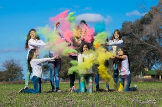 sesion-produccion-fotos-15-años-campo-ramallo-villa-mozzi-fotografo-salto-invierno-colores-bruno-espeche-quince-amigas-polvos-polvitos-holi-colorida-4